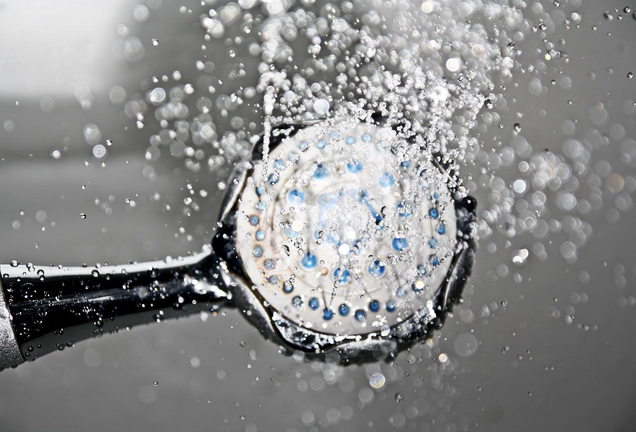 Baignoire ou douche pour un nettoyage facile ?